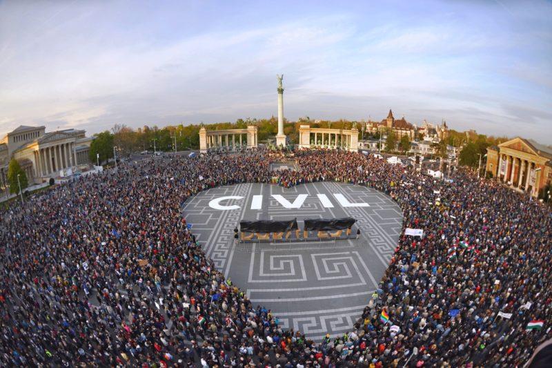 572. Tüntetés a civilekért